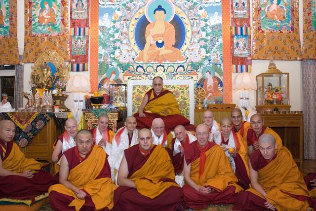Penahbisan ulang Sramanera tradisi Mulasarvastivada oleh Y.M. Dalai Lama ke-14 di Biara Namgyal - Dharamsala - India Utara
