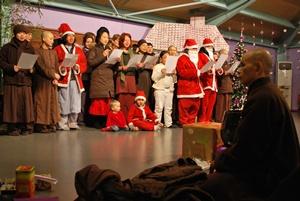 Menyanyi lagu natal